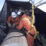 Ведутся работы по закреплению кабеля к пролетному строению в середине пролета