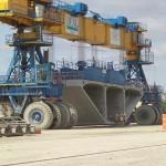 Специально для перевозки железобетонных секции был сконструирован громадный погрузчик