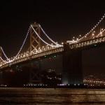 Западная часть моста представляет собой фактически два висячих моста, соединенных на средней анкерной опоре